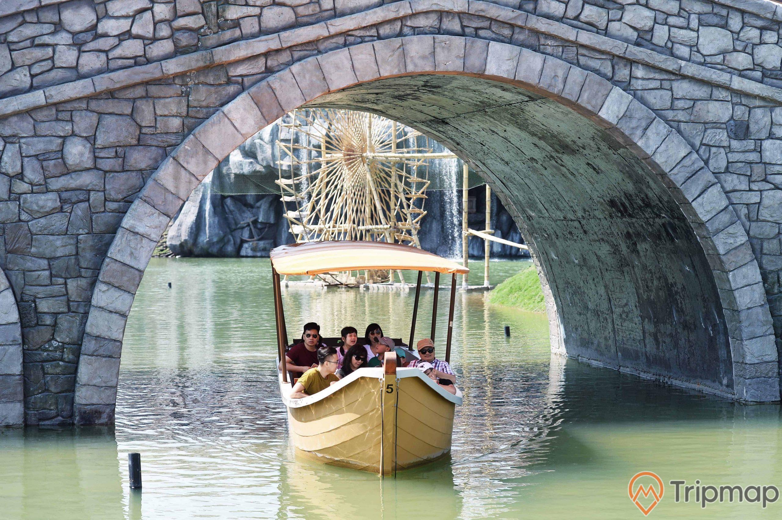 Chiếc cầu đá bắc qua dòng sông khiến du khách thích thú