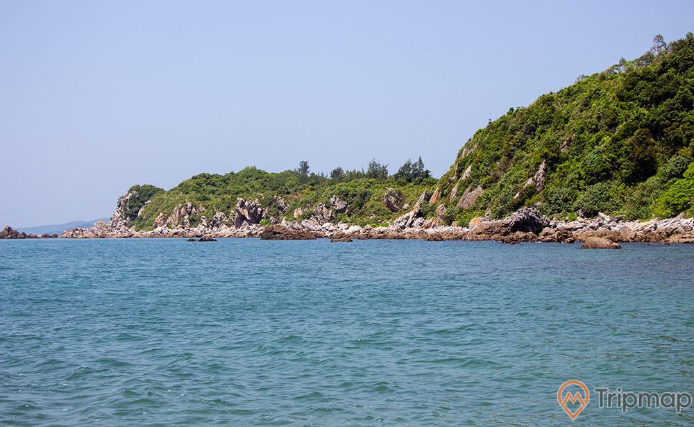 Bờ biển trong xanh trải dài dọc Eo Gió