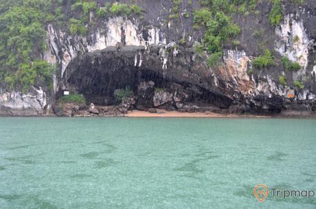 Hang Bồ Nâu nhìn từ hướng biển vịnh vào