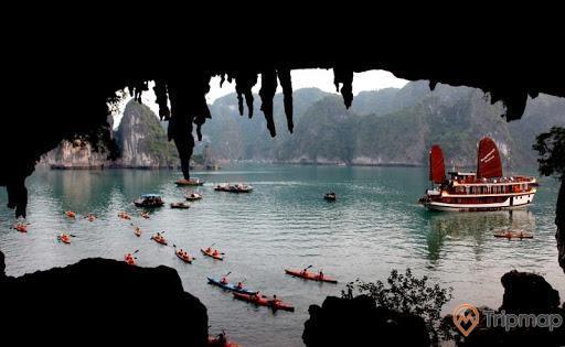 Khách du lịch chèo thuyền kayak trước cửa hang Bồ Nâu