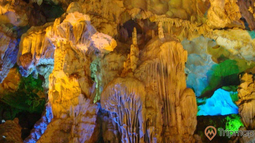 Các khối thạch nhũ bên trong hang Đầu Gỗ