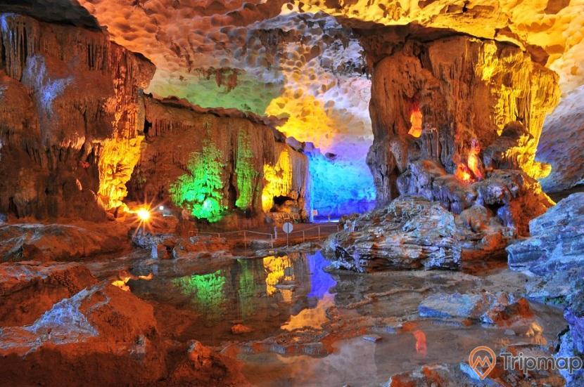 Không gian lung linh trong hang Sửng Sốt