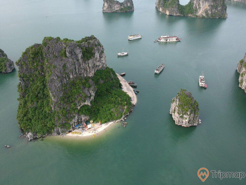 Hang Thiên Cảnh Sơn, Hang Cỏ, bãi tắm, bờ cát trắng, nhiều thuyền đang chạy trên biển, nhiều ngọn núi đá xung quanh, mặt nước biển màu xanh, ảnh chụp từ trên cao, ảnh chụp ban ngày