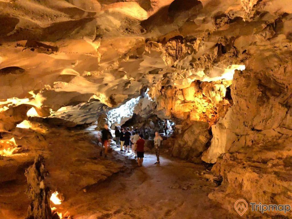 Hang Thiên CảnhSơn thu hút khách du lịch