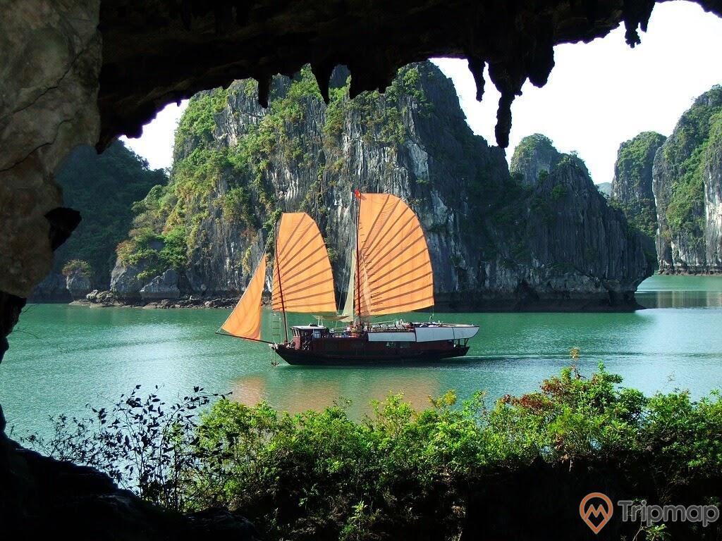Du thuyền đưa khách tới tham quan hang Trinh Nữ