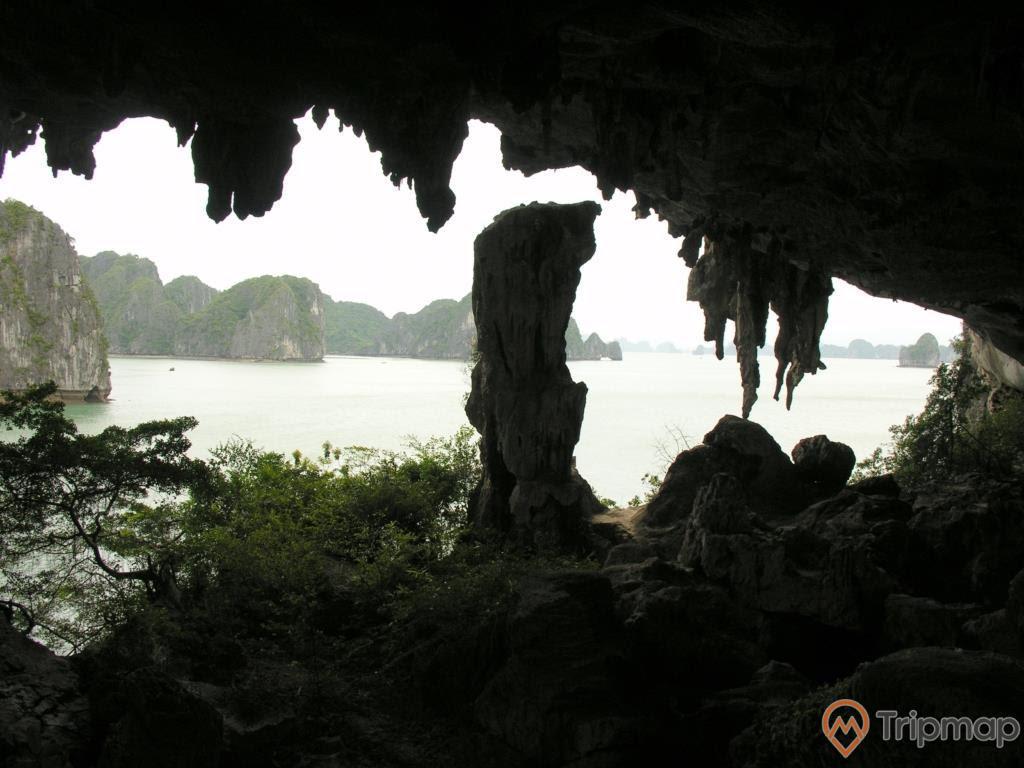 Cửa hang Trống nhìn ra ngoài biển vịnh Hạ Long