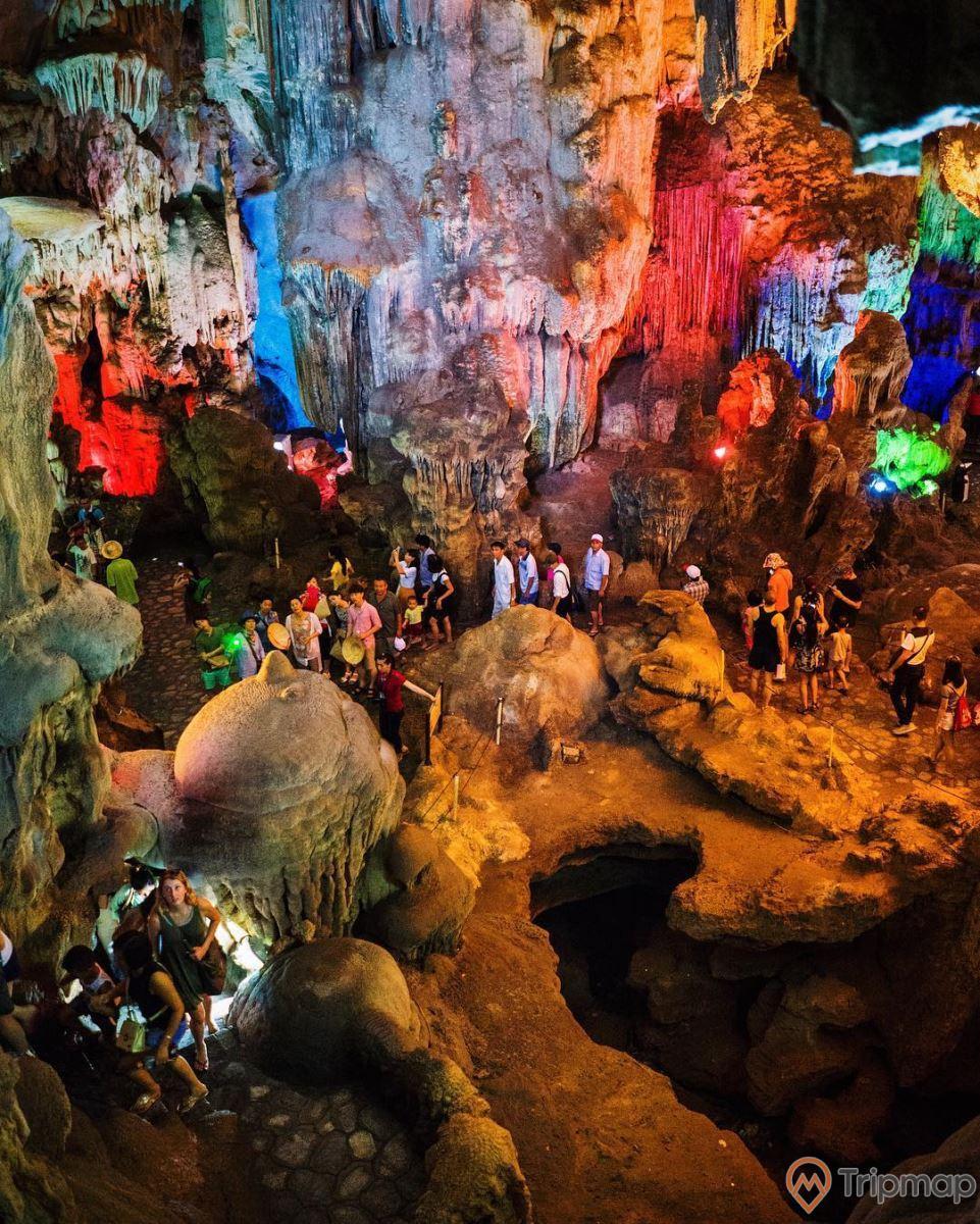 Hệ thống nhũ đá lấp lánh trong hang động