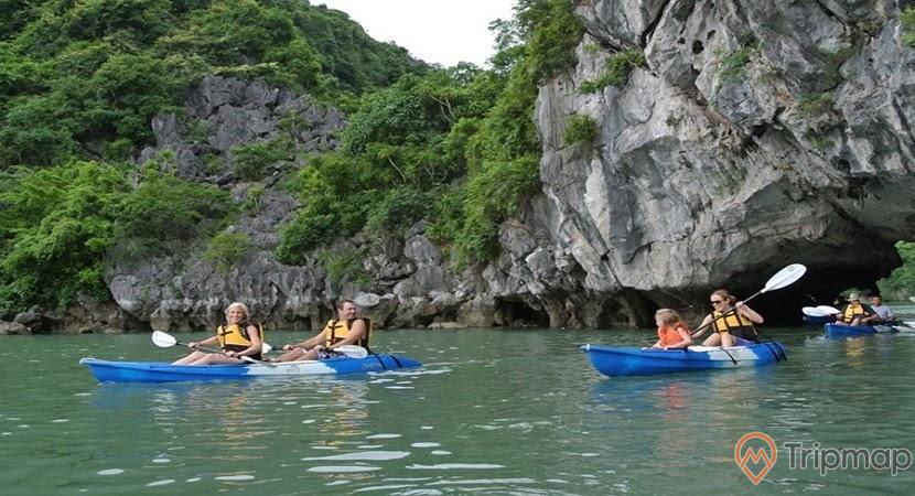 Du khách chèo thuyền kayak, Tham quan hồ Ba Hầm - Vịnh Hạ Long