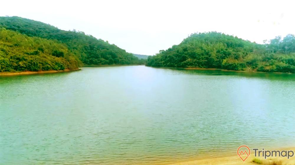 Hồ nước ngọt trên đảo Ngọc Vừng, hồ nước, nhiều cây xanh, ngọn núi nhiều cây xanh, ảnh chụp ban ngày