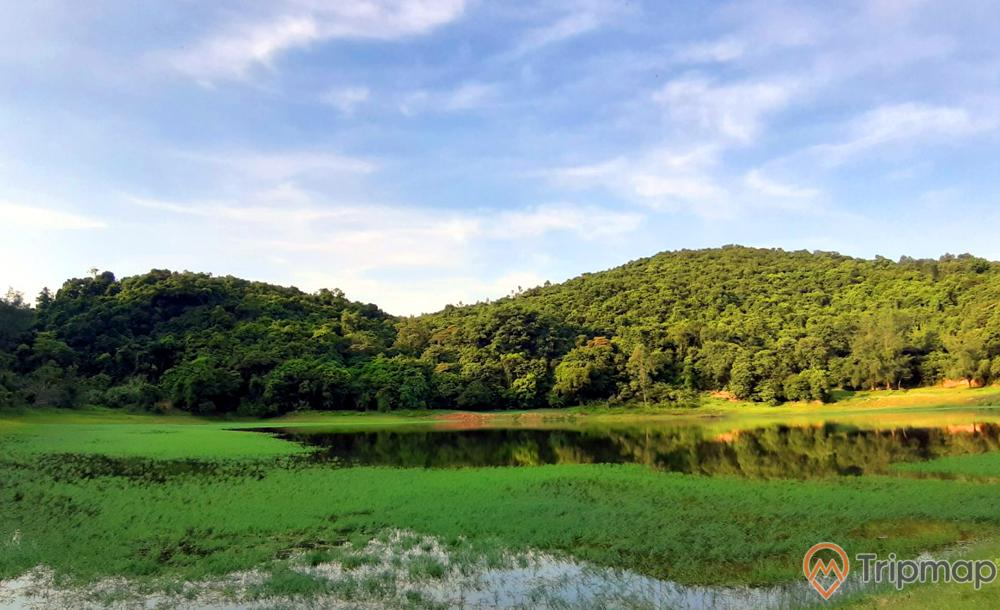 Hồ nước ngọt trên đảo Ngọc Vừng, hồ nước, ngọn núi to có cây xanh, trời xanh, nhiều mây, ảnh chụp ban ngày