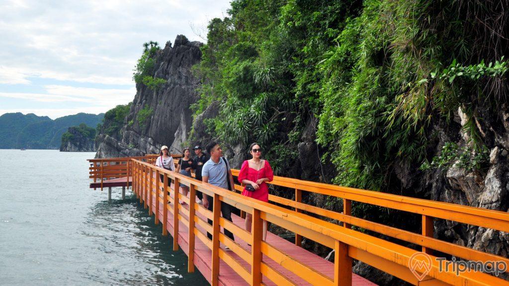 Du khách tham quan đảo Soi Sim đi trên cầu gỗ