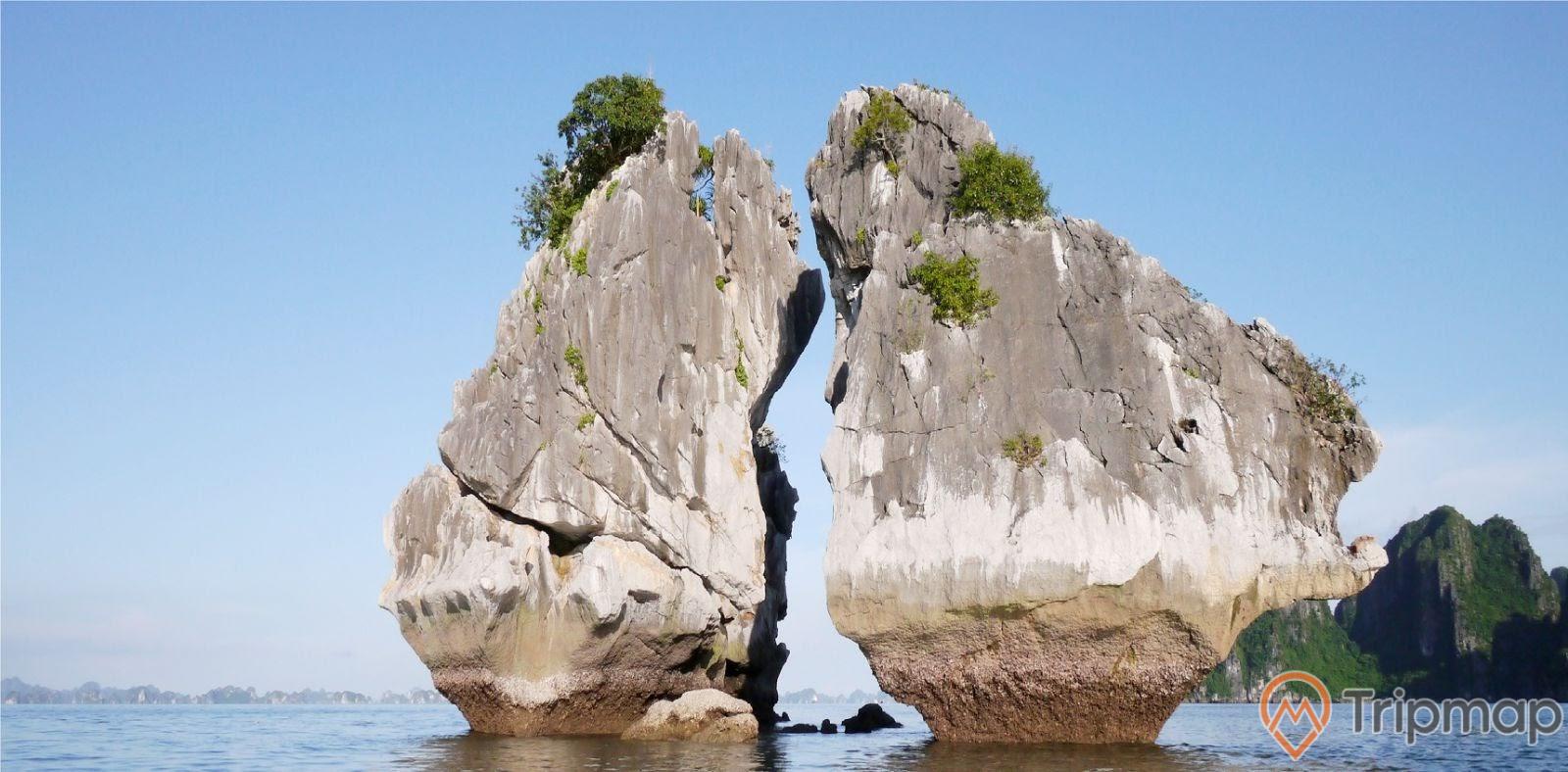 Phần chân đá của hòn Trống Mái khá nhỏ bé so với thân vì bị sóng nước bào mòn