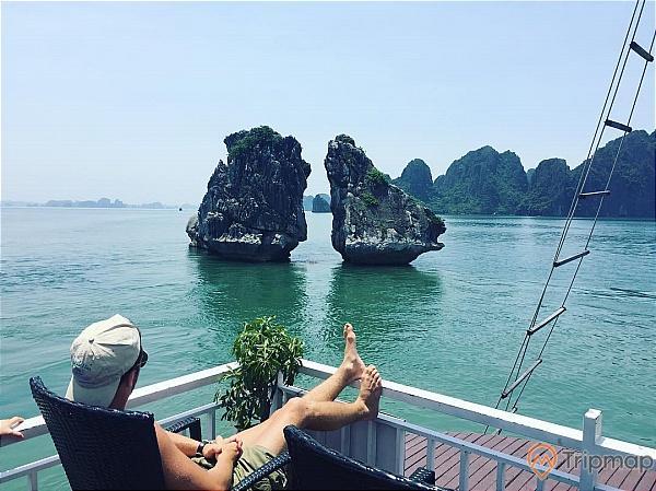 Du khách chụp ảnh check-in bên Hòn Trống Mái, Vịnh Hạ Long