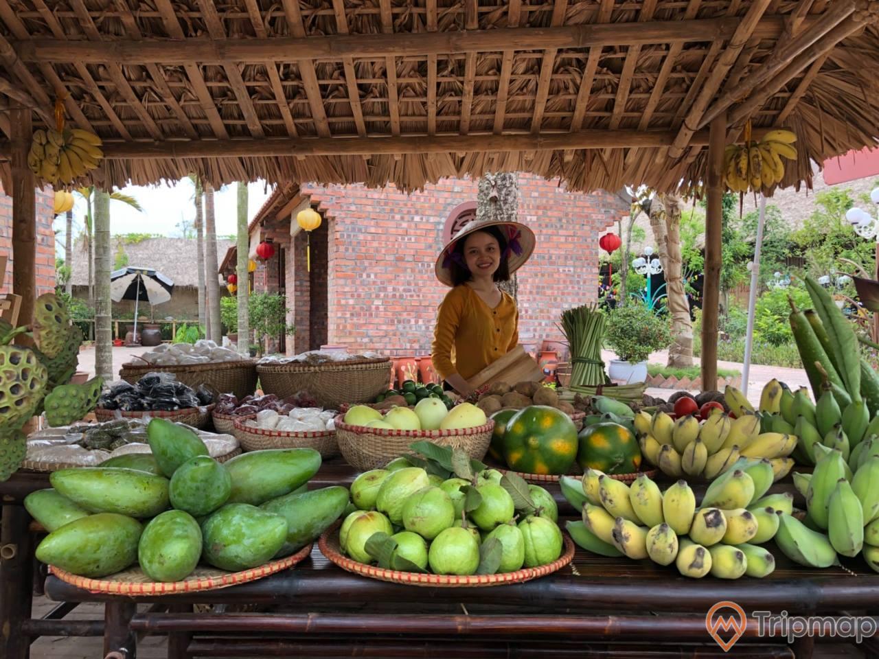Trái cây địa phương đượcngười dân bày bán tại khu chợ quê