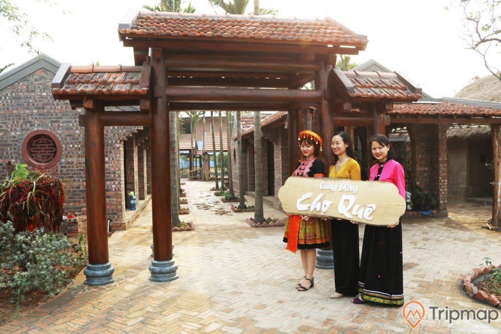 Cổng khu chợ quê ởQuảng Ninh Gate