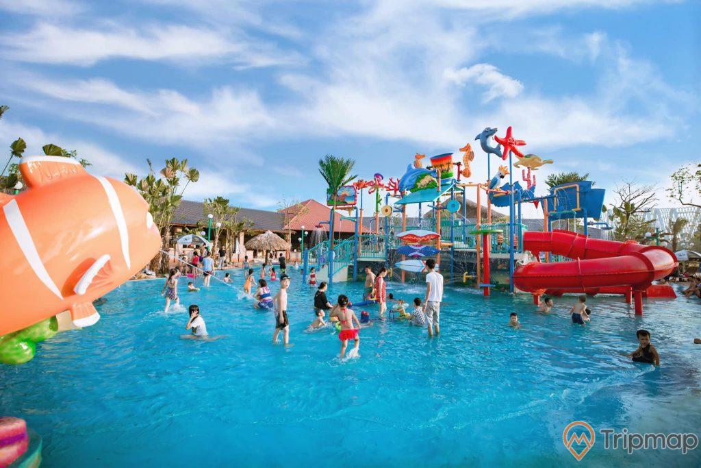 Quảng Ninh Gate, Công viên nước, ống trượt màu đỏ, nhiều người đang tắm trong bể bơi, trời xanh nhiều mây, ảnh chụp ban ngày