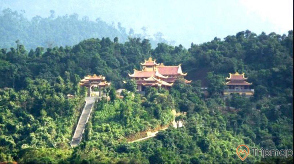 nhiều ngôi đền, nhiều mái ngói màu đỏ, lối đi màu xám, nhiều cây xanh, ảnh chụp ban ngày, trời nắng