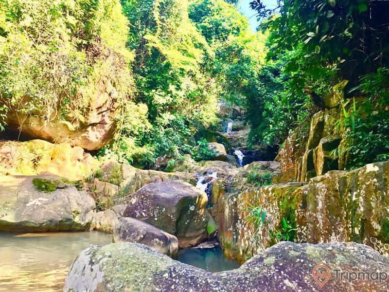 Khu du lịch sinh thái Lựng Xanh, nhiều tảng đá to màu xám, nhiều cây xanh, thác nước đang chảy, trời nắng, ảnh chụp ban ngày