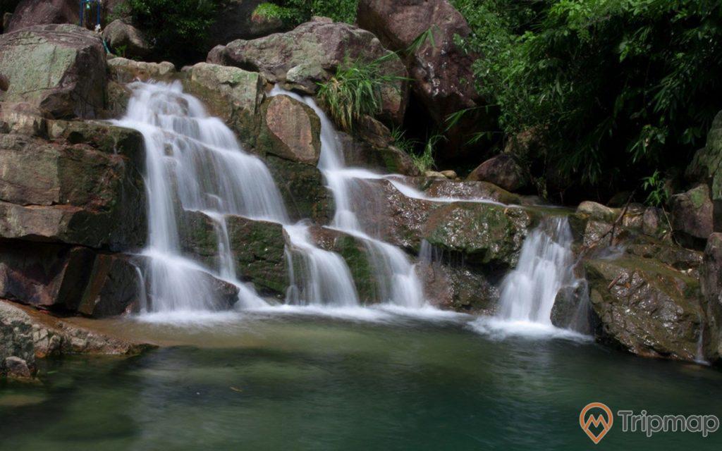 Khu du lịch sinh thái Lựng Xanh, thác nước đang chảy, mặt nước trong, có cây xanh, ảnh chụp ban ngày