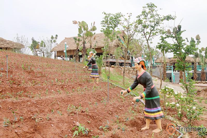 Khu nhà Trung du Bắc Bộ, Quảng Ninh gate, mô hình người phụ nữ mặc áo đen, vườn rau màu nâu, nhiều cây xanh, ảnh chụp ban ngày, nhà sàn ở phía xa