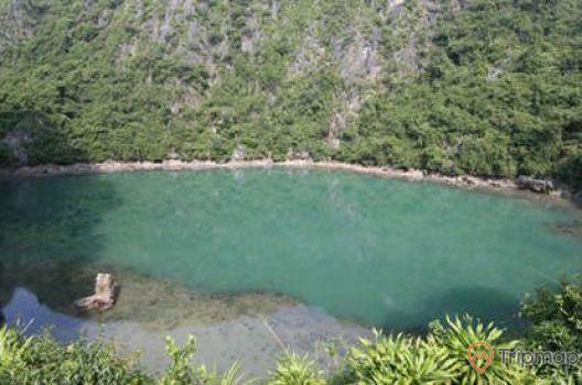 Khu sinh thái Tùng Áng Cống Đổ, hồ nước, nhiều cây xanh, ngọn núi đá màu xám, ảnh chụp trời nắng , ban ngày