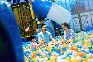 Khu vui chơi trẻ em KIDOLAND, nhà bóng, ba người đang vui chơi trong nhà bóng, bóng nhựa có nhiều màu sắc