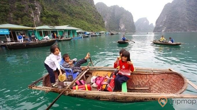 Trẻ em sống trên làng chài Cửa Vạn, Vịnh Hạ Long