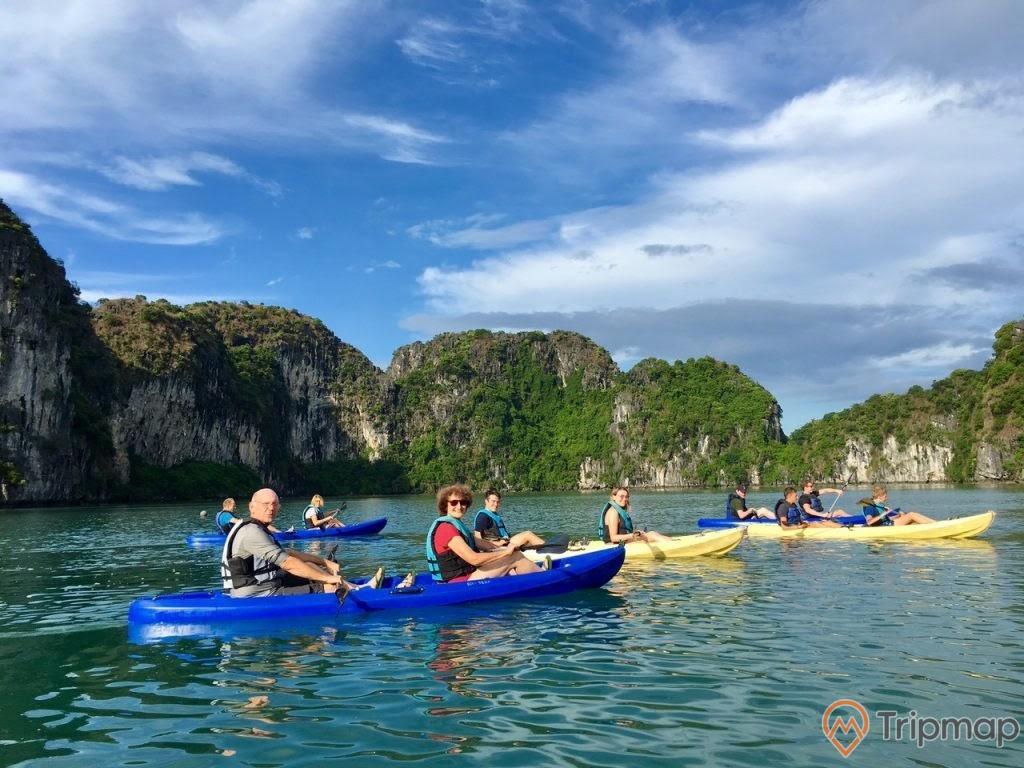 Du khách chèo thuyền kayak quanh làng chài cửa Vạn, Vịnh Hạ Long