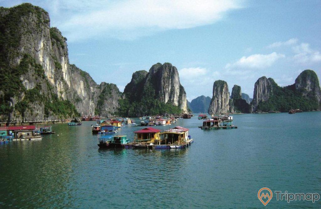 Làng chài Cửa Vạn yên bình trên vịnh Hạ Long