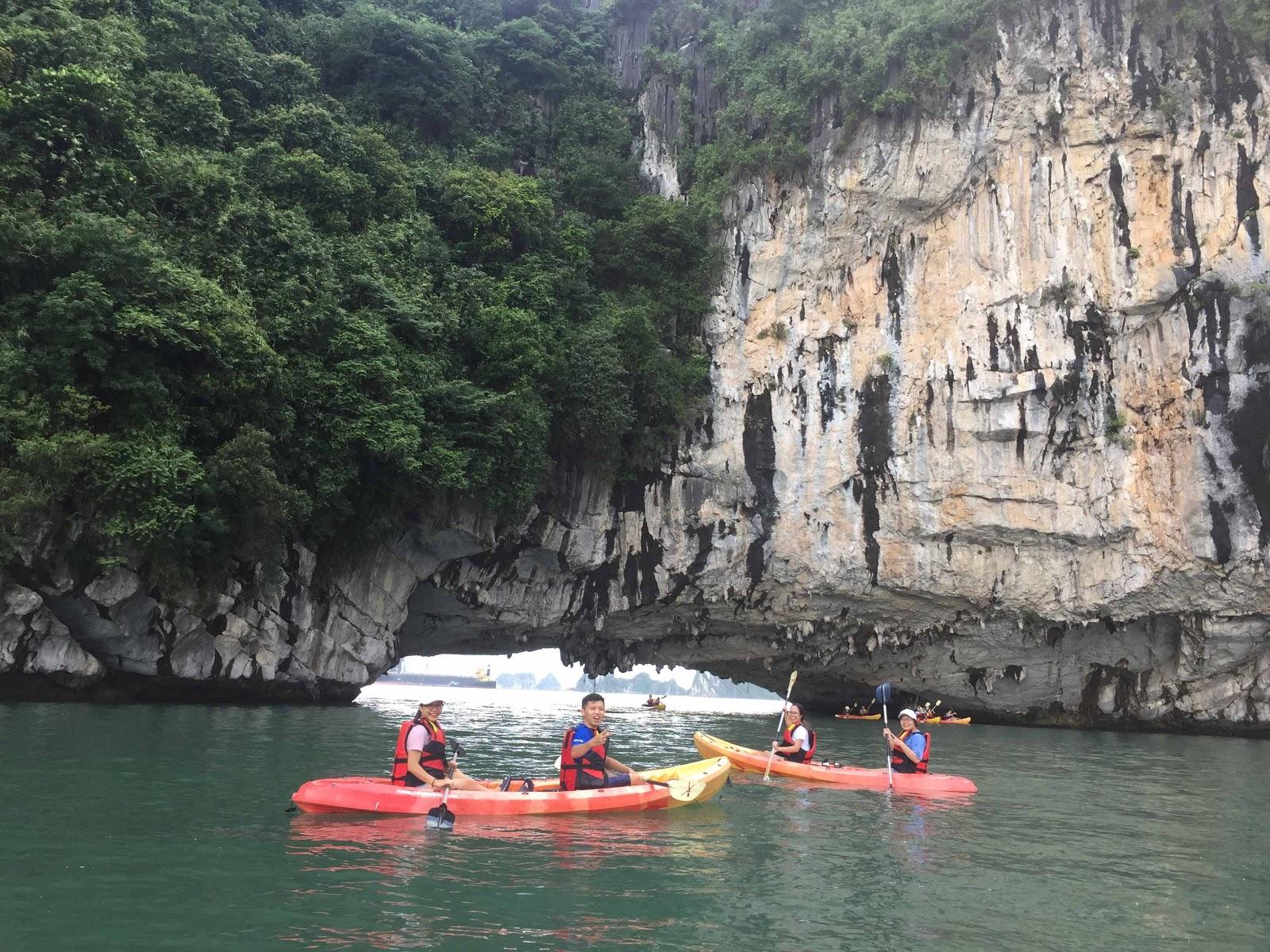 Khách du lịch trải nghiệm chèo thuyền kayak