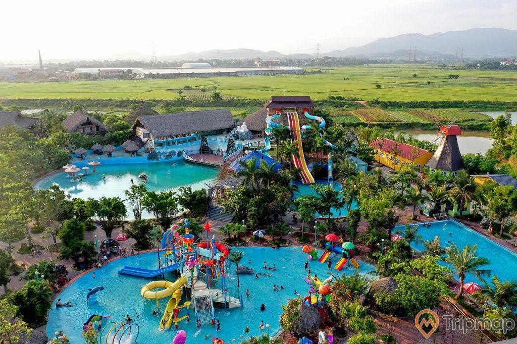 Quảng Ninh Gate, công viên nước, nhiều cây xanh, nhiều cánh ruộng ở phía xa, nhiều trò chơi dưới nước, ảnh chụp từ trên cao