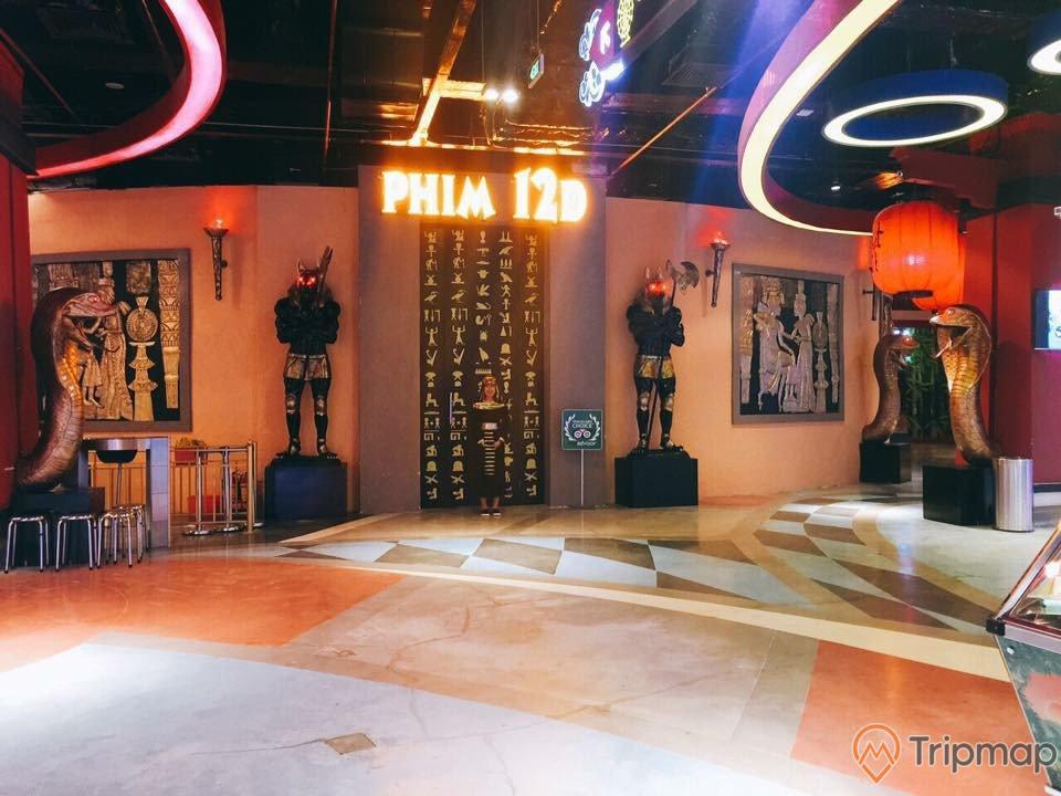 Rạp chiếu phim 12D, mô hình ai cập cổ đại, trần nhà bằng gỗ màu nâu, đèn lồng màu đỏ