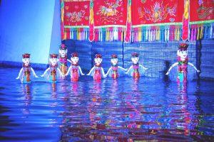 Sân khấu múa rối nước Ánh Trăng, nhiều mô hình người dưới nước, nhiều tấm vài có hoa văn