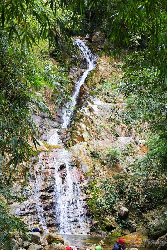 Thác Vàng, Yên Tử, thác nước đang chảy, nhiều cây xanh, ảnh chụp ban ngày