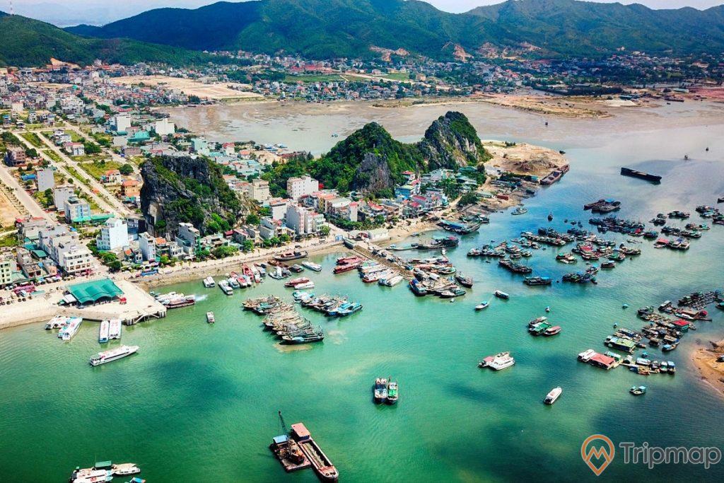 Thương cảng cổ Vân Đồn đông đúc tàu thuyền neo đậu