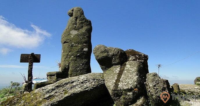 Tượng AnKỳ Sinh có năm tuổi gần 1000 năm, nay đã rêu phong băng kín, vô cùng thiêng liêng, huyền bí