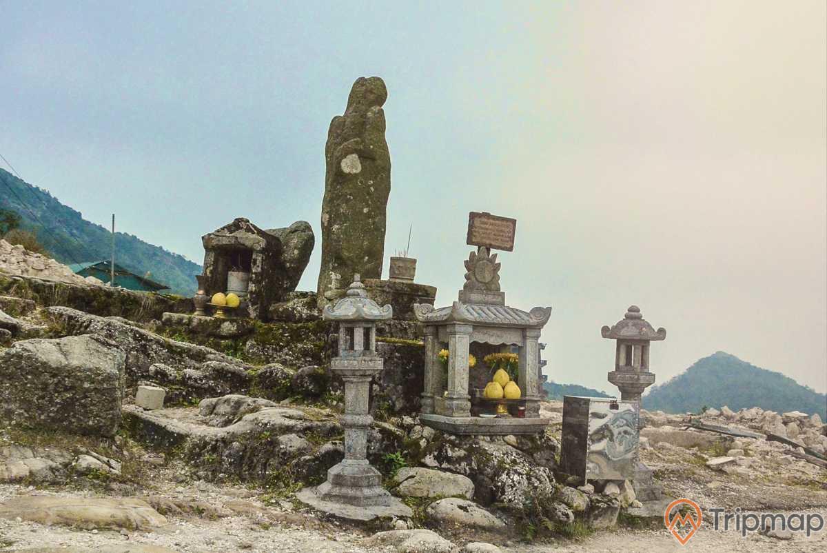 Tượng đá An Kỳ Sinh tọa lạc trên thế đất đẹp, quanh năm mây trắng bao phủ, sương mù giăng kín lối