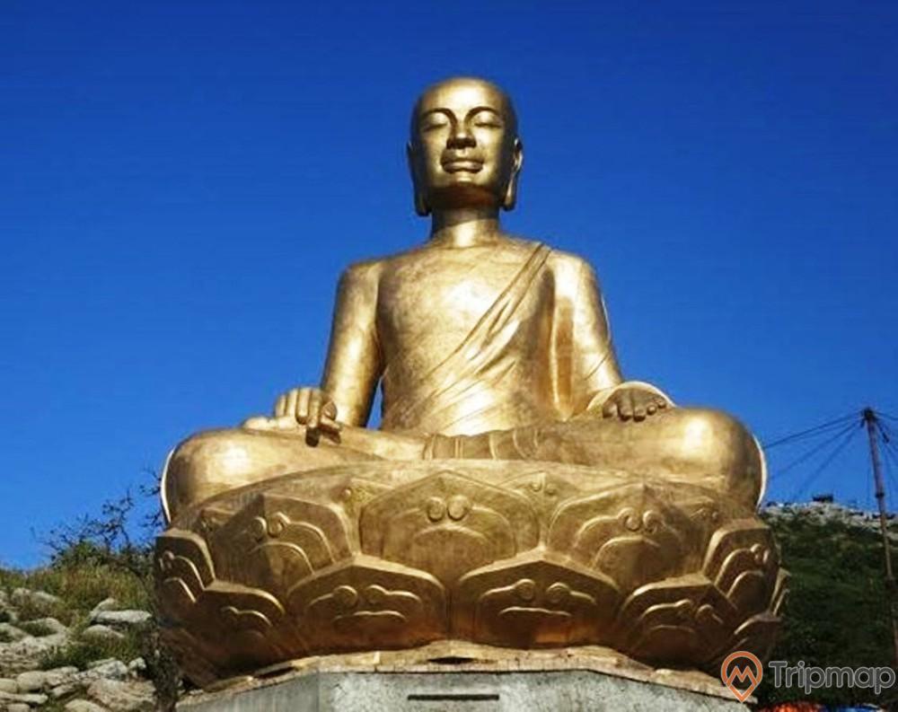 Tượng Phật Hoàng Trần Nhân Tông, Yên Tử, tượng bằng đồng màu vàng, trời xanh, ảnh chụp ban ngày