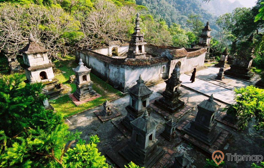 Vườn Tháp Huệ Quang, Yên Tử, nhiều cây xanh, nhiều tháp, ảnh chụp ban ngày, ảnh chụp trời nắng