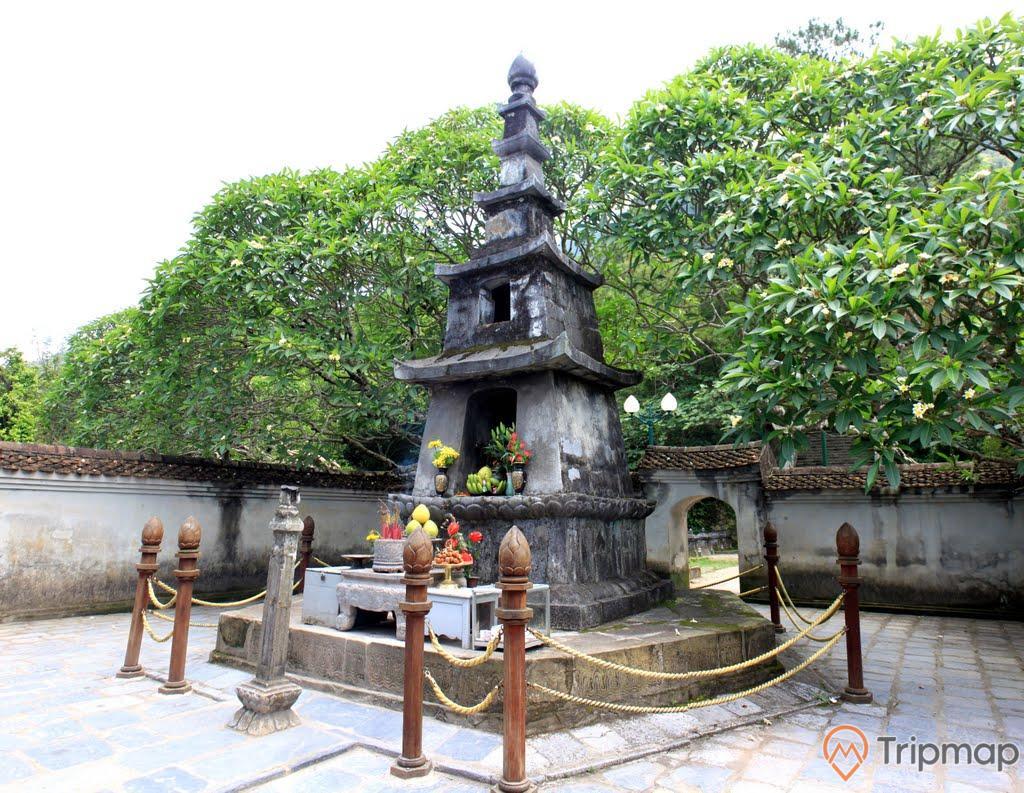 Vườn tháp Huệ Quang, Yên Tử, tháp bằng đá màu xám, nhiều cây xanh, nền gạch màu xám, ảnh chụp ban ngày