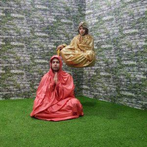 Xứ sở kỳ lạ, Magic land, thảm cỏ màu xanh, người đàn ông choàng áo đỏ, người đàn ông choàng áo vàng, bức tường hình gạch