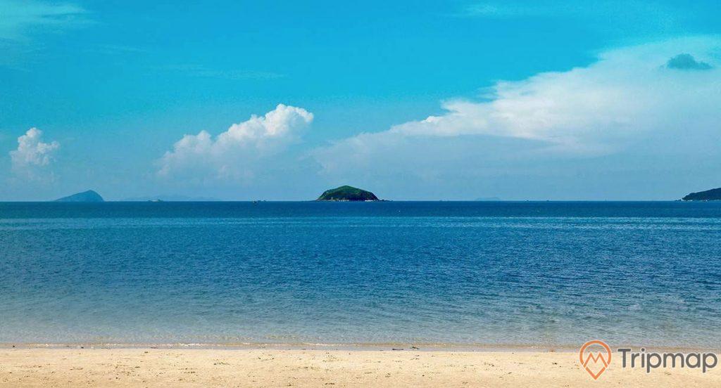 Cảnh quan thiên nhiên tại bãi biển Hồng Vàn, ảnh chụp ngoài trời, bầu trời xanh nhiều mây, đảo nhỏ phía xa, bờ cát và biển cả