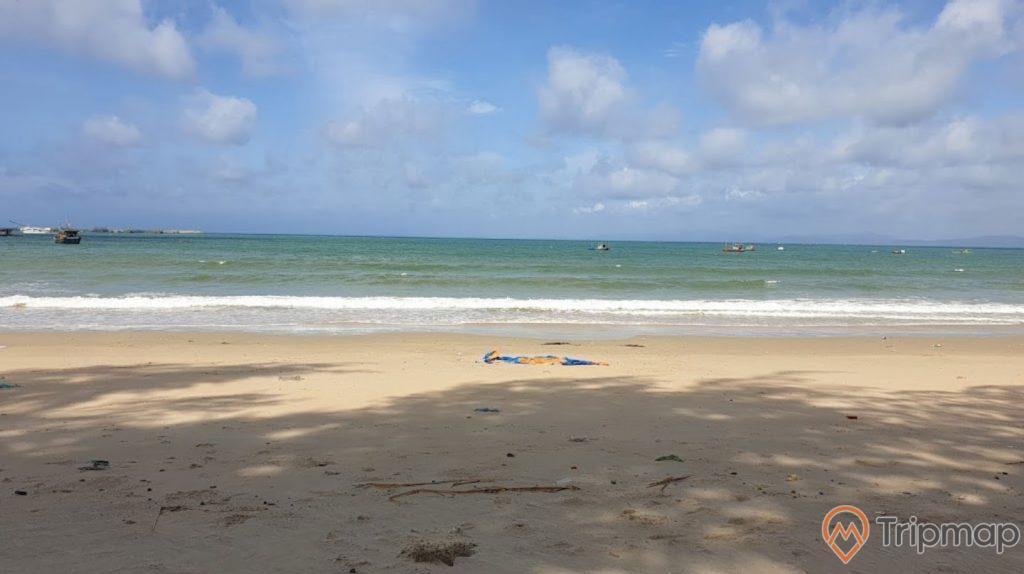 Quang cảnh bãi biển Tình Yêu, ảnh chụp ngoài trời, bầu trời nhiều mây, bờ cát và biển