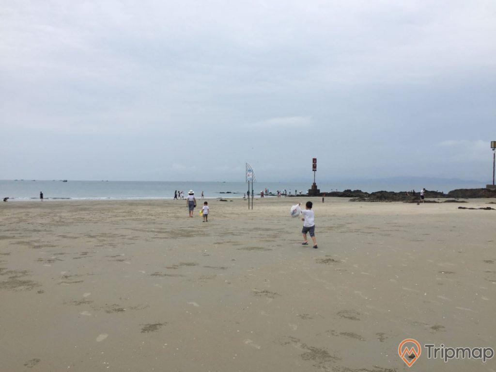 bãi biển Vàn Chảy, bầu trời nhiều mây, đứa trẻ đang chạy trên bãi biển, quang cảnh bãi biển vàn chảy