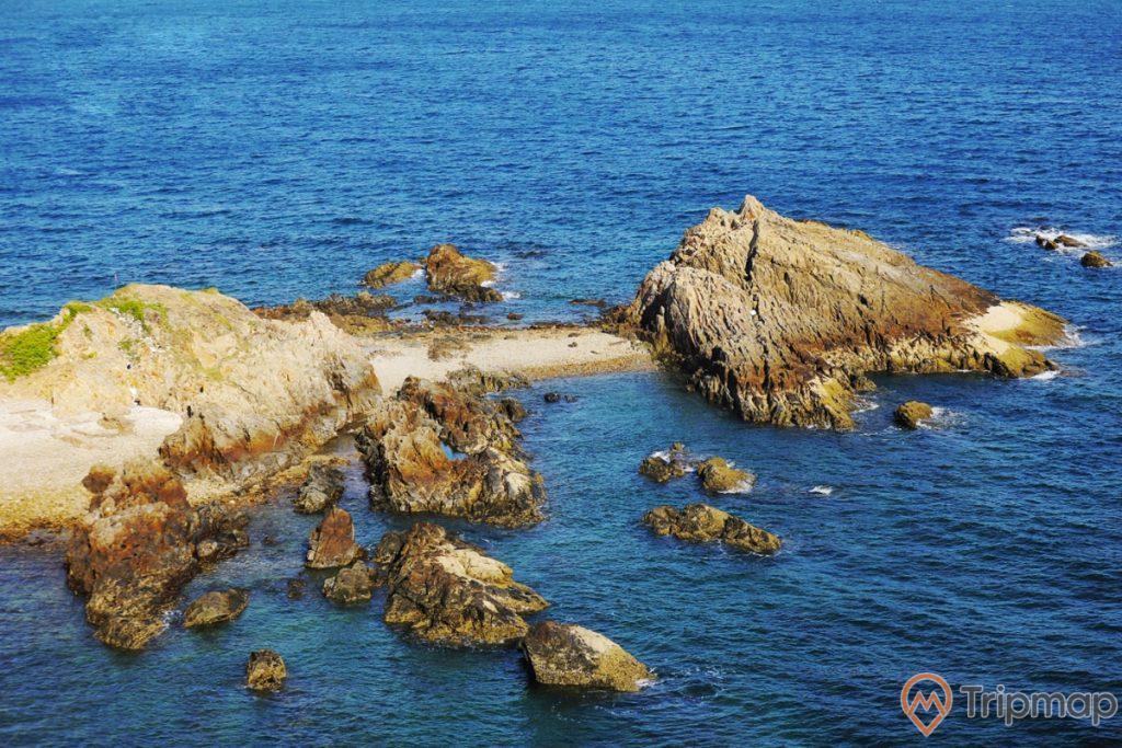 Khóm đá nhỏ tại bãi đá Cầu Mỵ (bãi đá Móng Rồng), nước biển và bãi đá, ảnh chụp ngoài trời