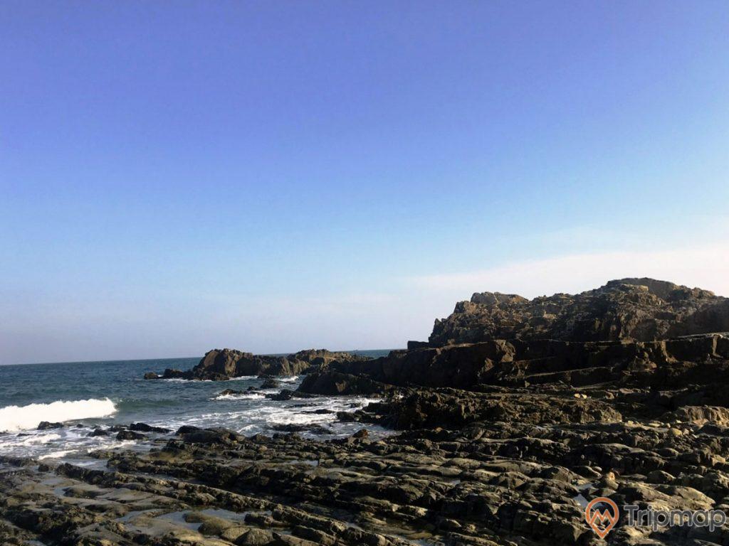 Hình ảnh chụp trên bãi đá cầu mỵ (bãi đá móng rồng), ảnh chụp ngoài trời, bầu trời trong xanh ít mây