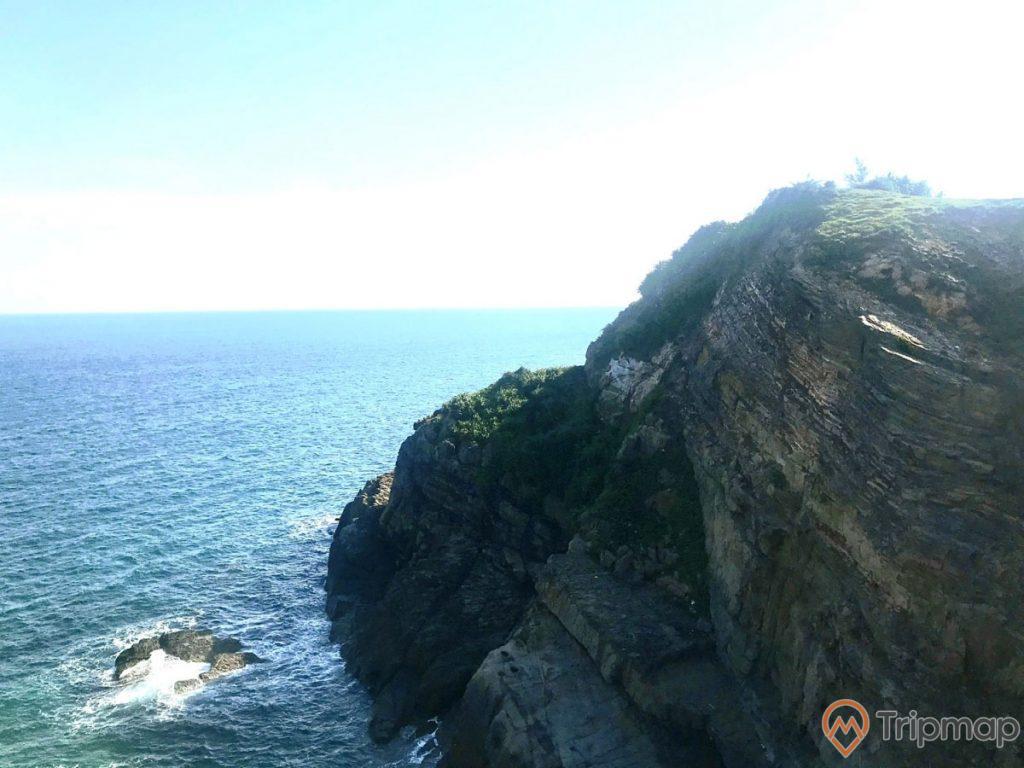 Vãn cảnh độc đáo tại Bãi đá Cầu Mỵ, ảnh chụp ngoài trời, bầu trời xanh ít mây và có nắng, biển ở Cô Tô