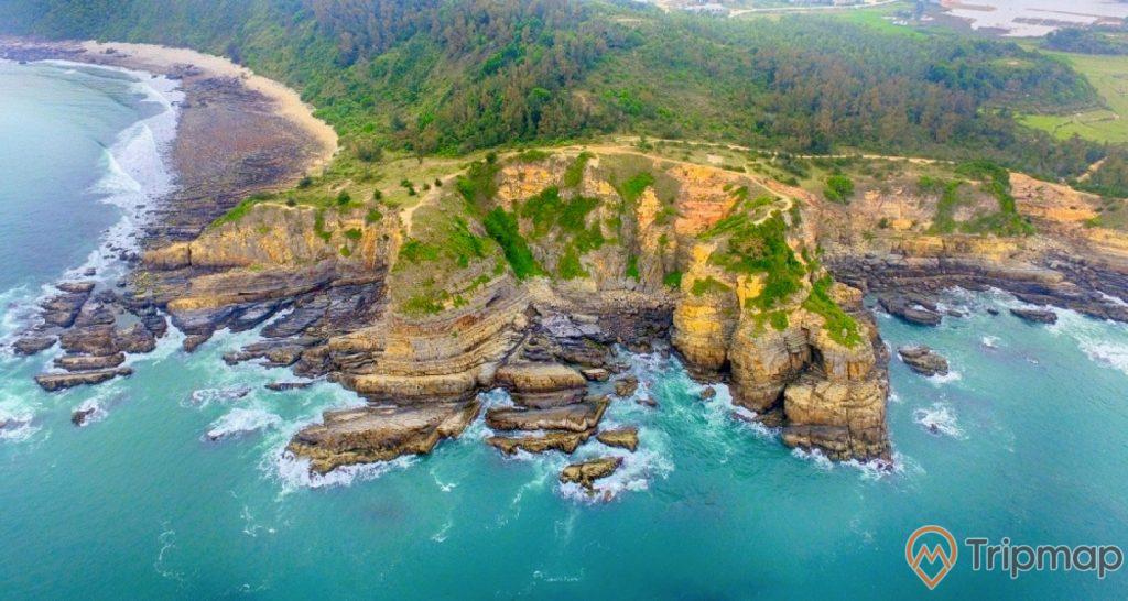 Bãi đá Cầu Mỵ (Bãi Đá Móng Rồng), cỏ cây rêu mọc xanh tươi trên vách đá ảnh chụp từ trên cao