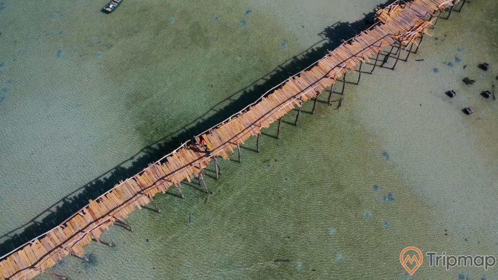 Bức ảnh chụp Cầu Gỗ từ trên cao, cây cầu trên bờ biển đảo Cô Tô