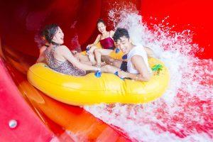 Cơn bão nhiệt đới, Turbulence rapids, 3 người đang ngồi trên chiếc phao màu vàng, ảnh chụp ban ngày